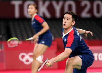 CHOFU, JAPAN - JULY 29: Tang Chun Man and Tse Ying Suet(left) of Team Hong Kong China compete against Zheng Si Wei and Huang Ya Qiong of Team China during a Mixed Doubles Semi-final match  on day six of the Tokyo 2020 Olympic Games at Musashino Forest Sport Plaza on July 29, 2021 in Chofu, Tokyo, Japan. (Photo by Lintao Zhang/Getty Images)
